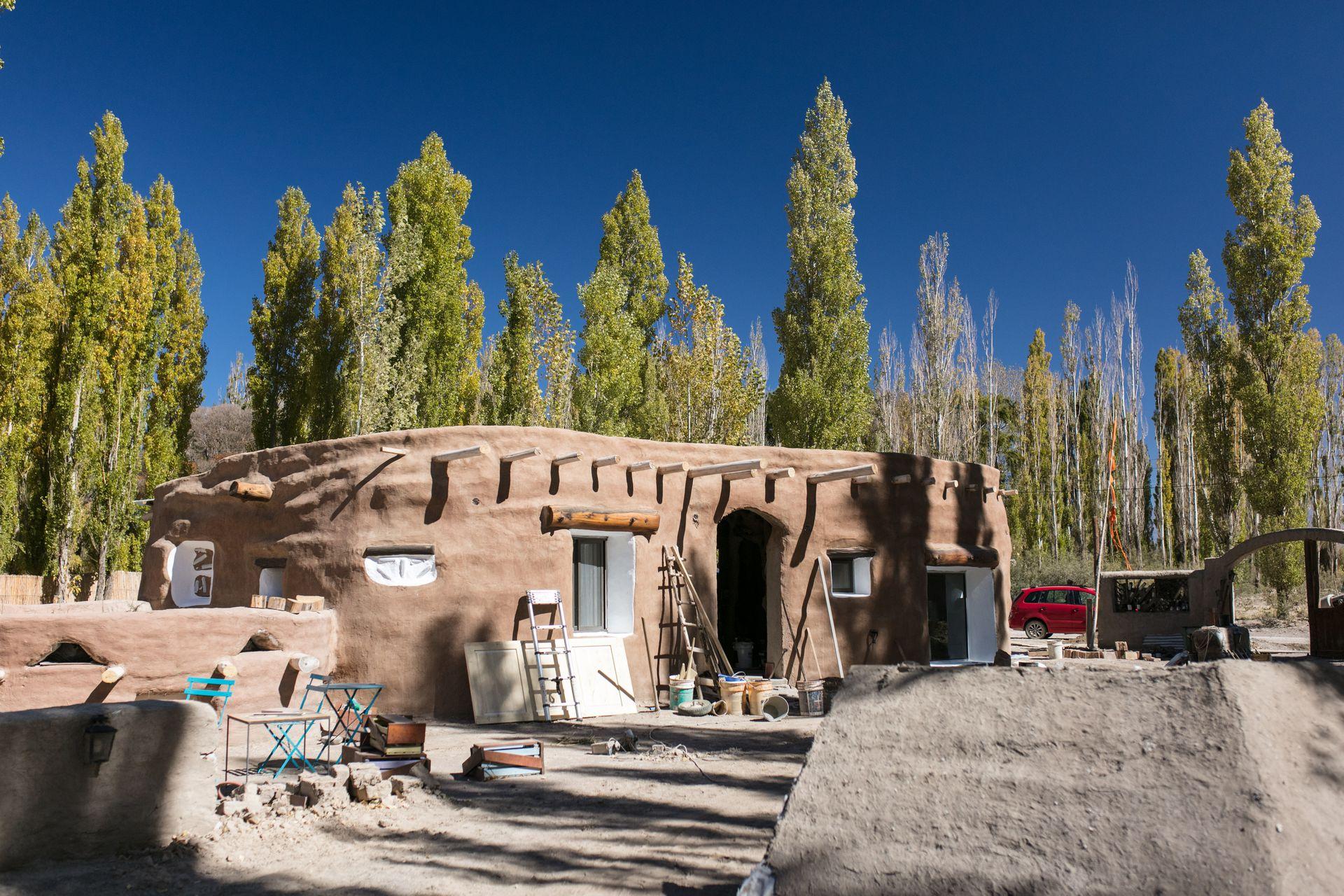"""Está construyendo su nueva casa de forma redondeada en súper adobe. Tiene un cuarto a varios metros de profundidad que le valió el apodo de """"el topo""""."""