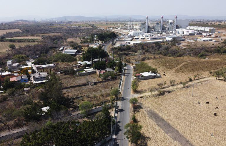 En esta imagen del 22 de febrero de 2020 se ve una planta de generación eléctrica cerca de Huexca, en el estado de Morelos, México. (AP Foto/Eduardo Verdugo, archivo)