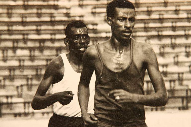 Wami Biratu (detrás de Bikila): el atleta etíope que quedó en el olvido