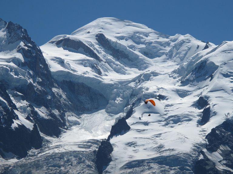 Las cuevas de hielo formadas en los glaciares del Mont Blanc por el agua de deshielo son lo suficientemente grandes como para atravesarlas