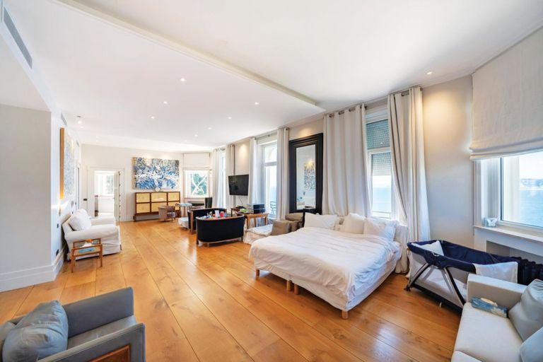 La mastersuite, con pisos de madera, como toda la casa, dos baños y terraza privada