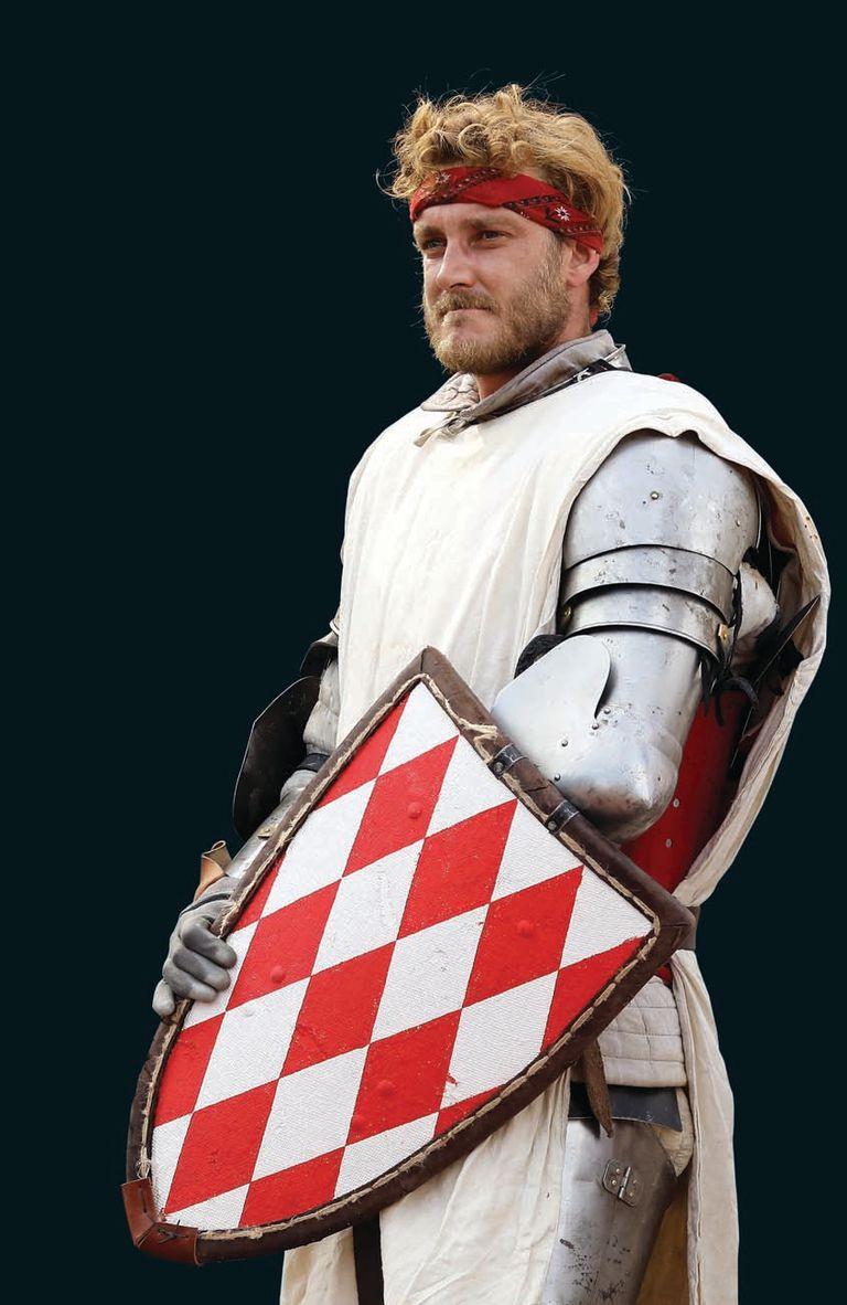 Minutos antes del duelo, Pierre posó como un verdadero guerrero en la plaza del palacio.