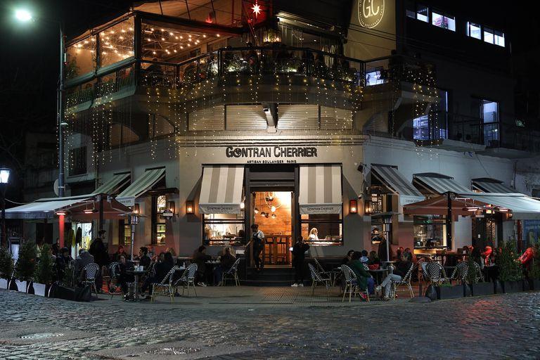 A pesar de la habilitación de los interiores de los bares, muchos clientes prefieren sentarse afuera