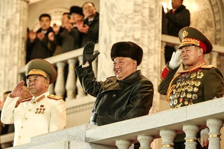 Kim Jong-un encabezó el desfile con el que cerró el congreso del Partido de los Trabajadores, en el que fue elegido como secretario general