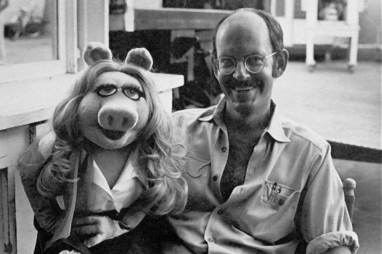 En el documental Muppet Guys Talking, el director charla con sus colegas sobre la experiencia de trabajar con Jim Henson, el padre de las criaturas