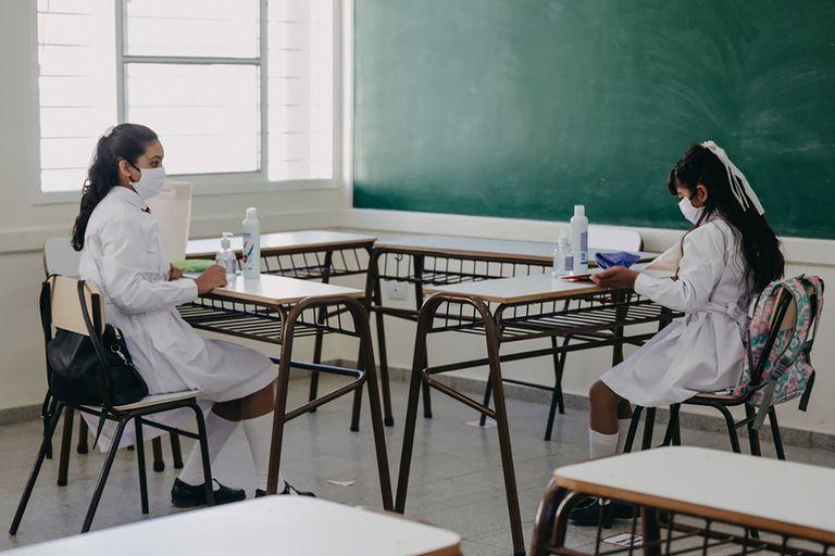 Dos alumnas cumplen con el protocolo de distanciamiento en San Juan, provincia que hace dos semanas inició el regreso a las aulas