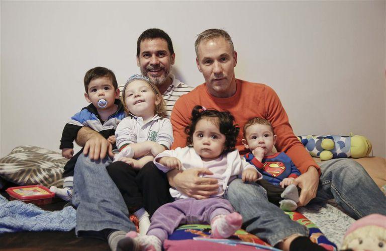Carlos y Horacio, junto con sus hijos Alma, de tres años; Aira y Vicent, de 13 meses, y Vigo, de cuatro meses