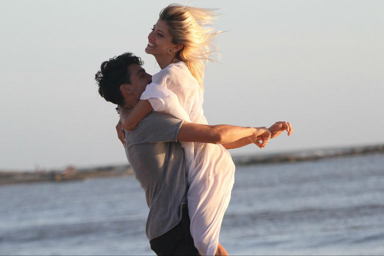 Candela Ruggeri festeja junto a su novio, Nicolás Maccari, mientras juegan al fútbol en la playa