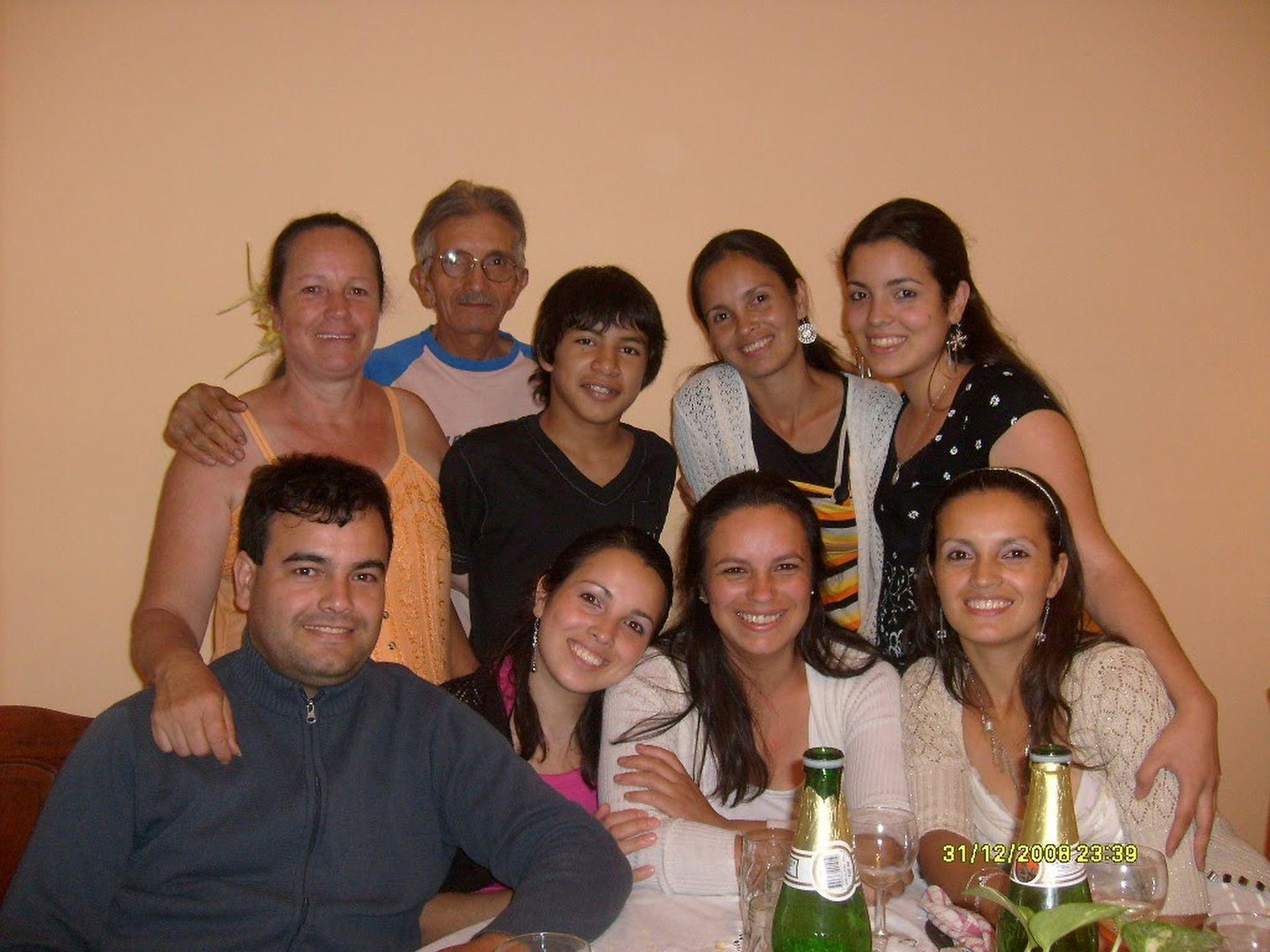 Estela Encinas con su madre y sus seis hermanos. Su mamá tenía siete hermanos y su abuela, 16