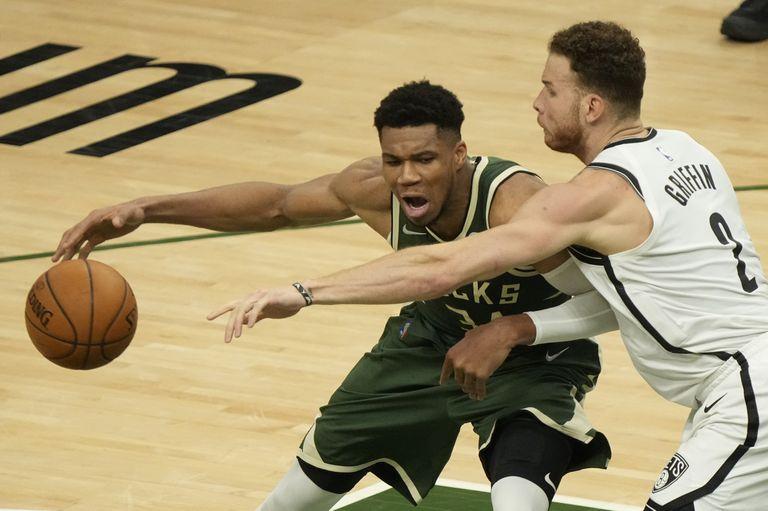 Giannis Antetokounmpo, de los Bucks de Milwaukee, intenta superar la defensa de Blake Griffin, de los Nets de Brooklyn, en el tercer juego de la semifinal de la Conferencia Este, el jueves 10 de junio de 2021, en Milwaukee. (AP Foto/Morry Gash)