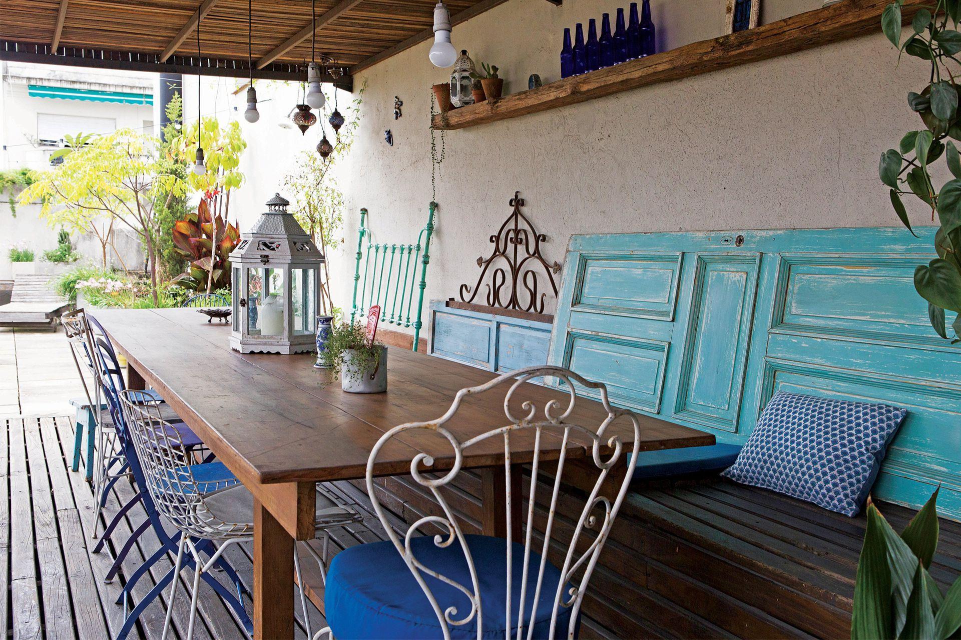 Fiel a su impronta, la terraza está ambientada con materiales recuperados y variedad de sillas de otras épocas.
