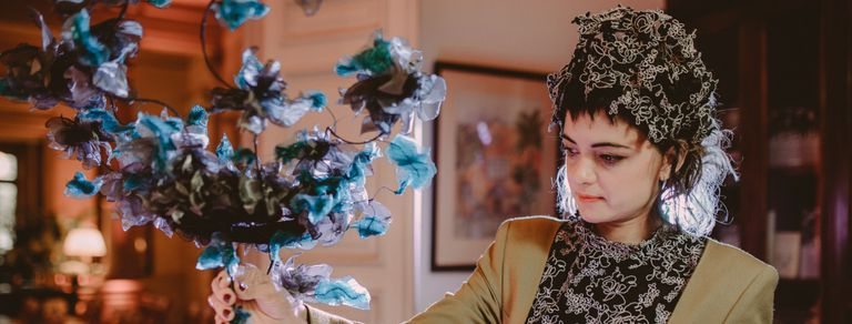 Hace sombreros artesanales, trabajó en el Colón y vistió a Beyoncé