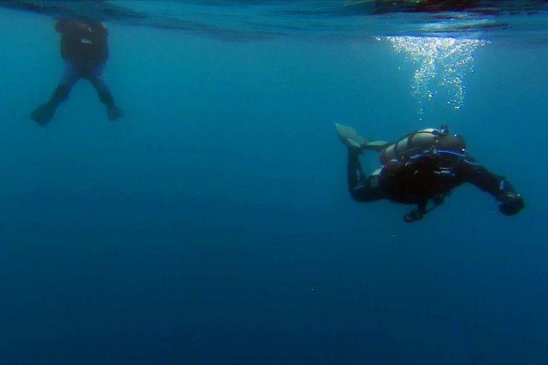 Equipos de buceo participan en la filmación del documental que busca a Nahuelito