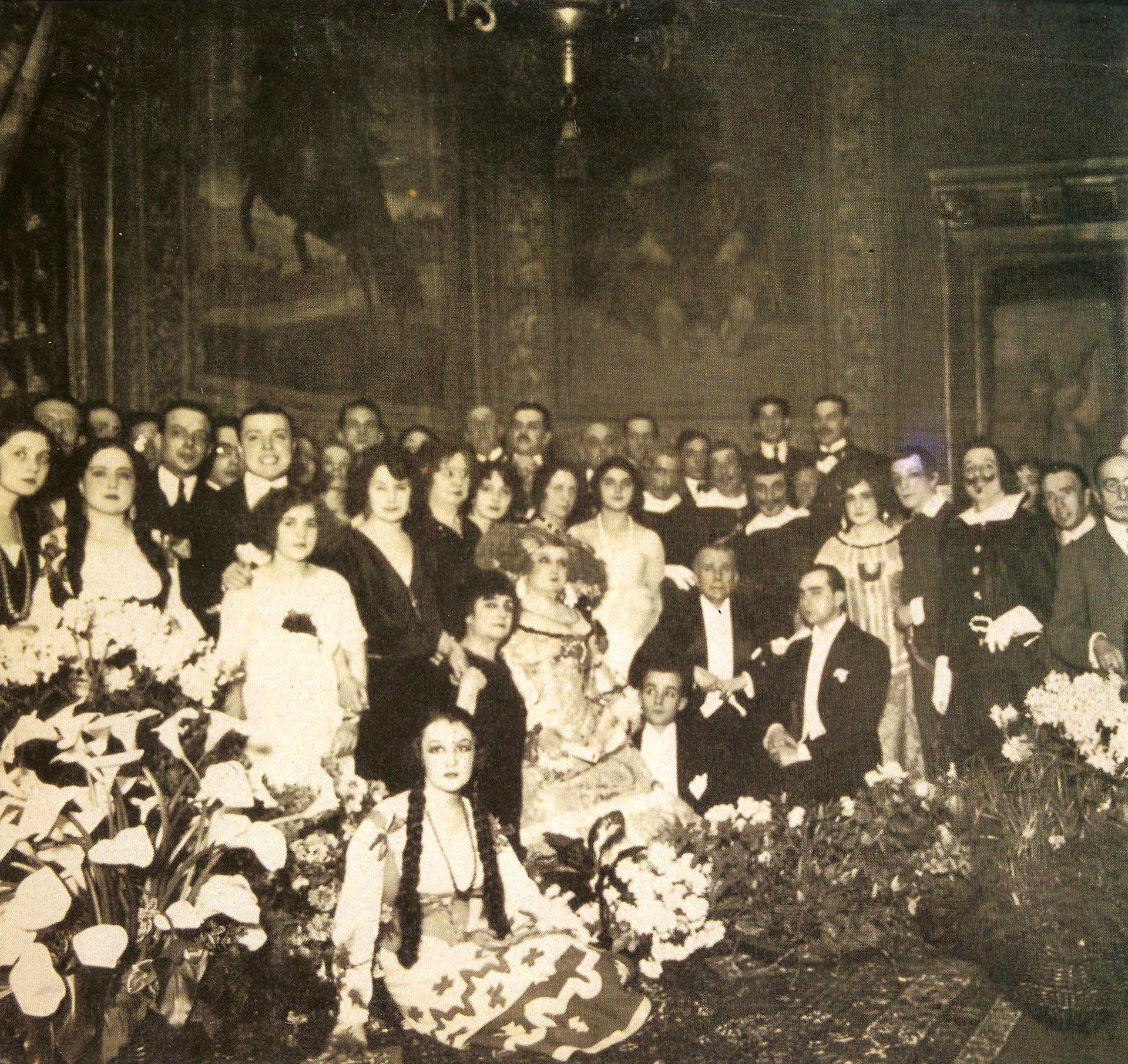 Kilómetro cero de esta historia: la compañía Guerrero-Díaz de Mendoza inaugura el teatro con La dama boba, de Lope de Vega; la tarde anterior se había realizado un baile en la sala principal que lleva el nombre de María Guerrero