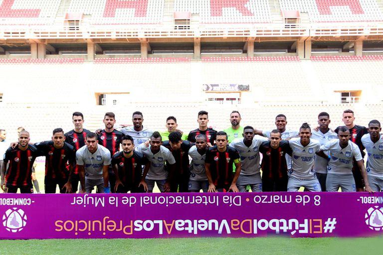 Los equipos, unidos, antes del partido, con un mensaje contra los prejuicios