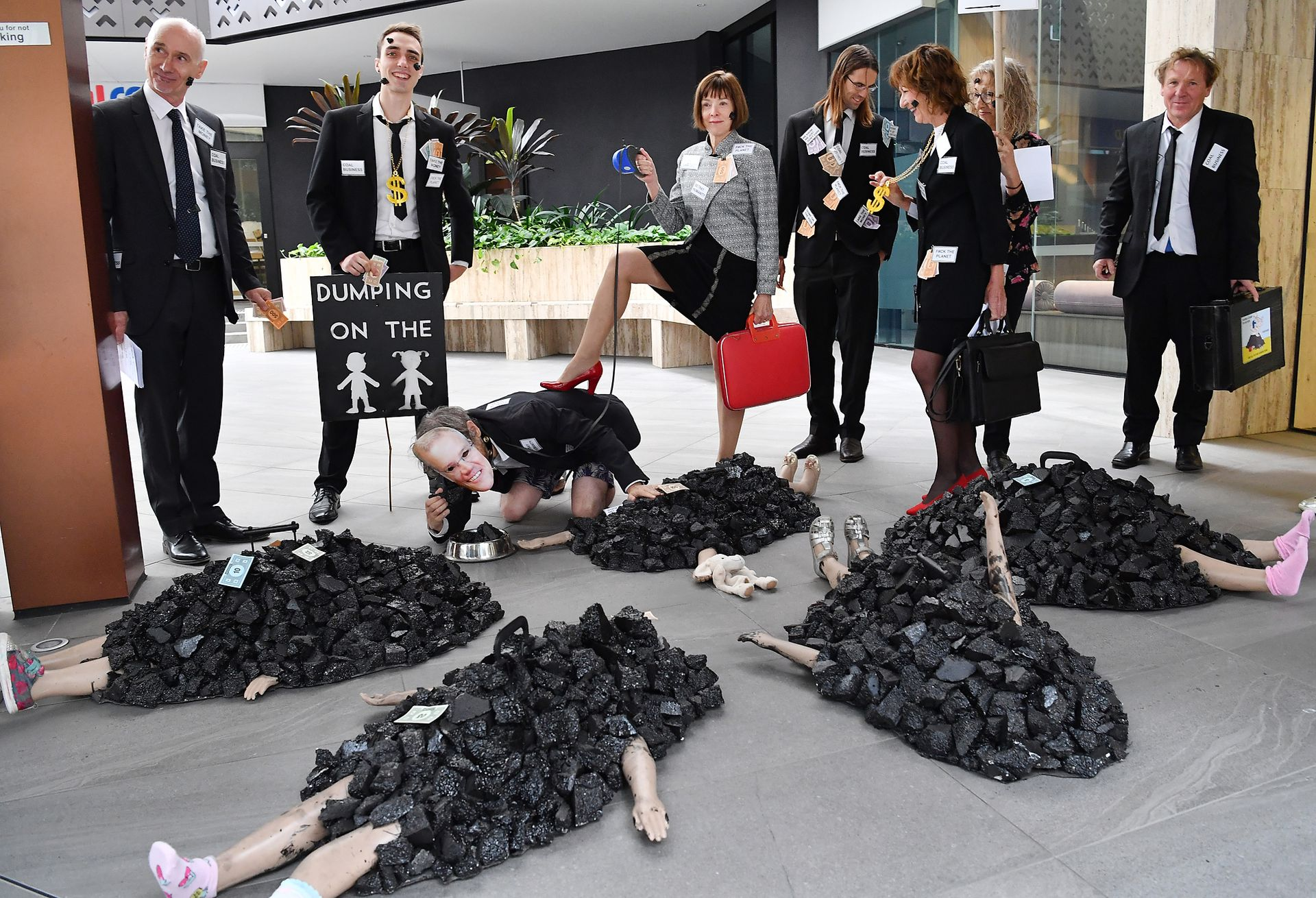 """Los integrantes de """"Extinction Rebellion"""" relizan distintas manifestaciones en las puerta de varias empresas corporativas que se dedican a la extracción y comercialización del carbón"""