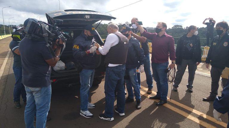"""El golfista Ángel """"Pato"""" Cabrera llega a Puerto Iguazú, extraditado desde Brasil"""