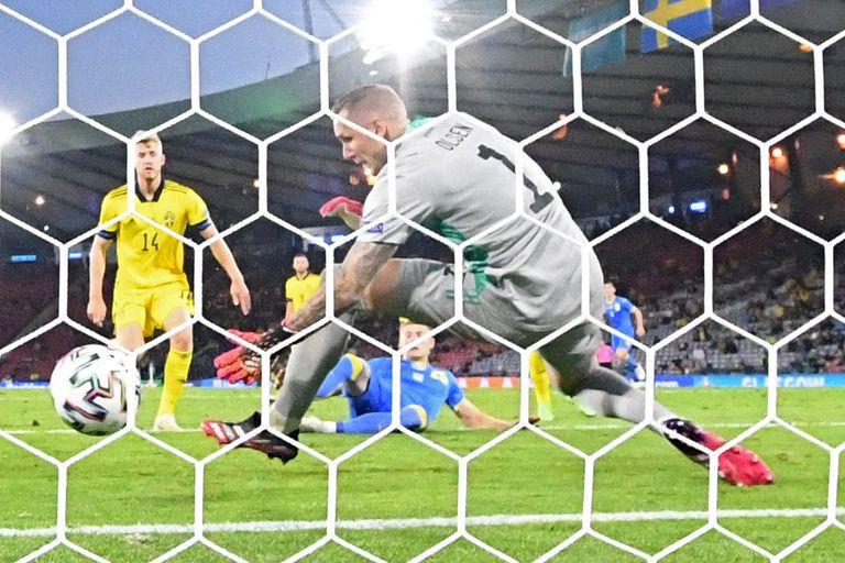Artem Dovbyk conectó de cabeza el pase de Zinchenko y desde el piso observa su obra; el arquero Robin Olsen, la imagen de la desesperación por el gol que desatará el festejo de Ucrania y el lamento de Suecia