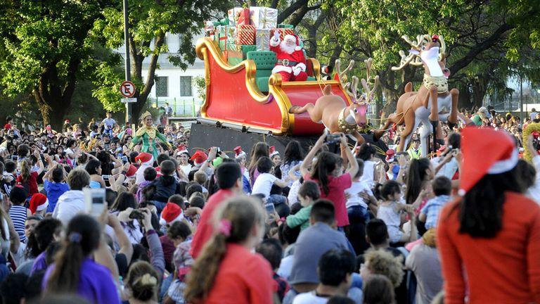 Las familias acompañaron a Papá Noel por la avenida Figueroa Alcorta