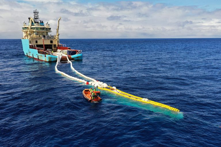 Una vista de una de las embarcaciones utilizadas para arrastrar la enorme red para remover la basura plástica de los mares