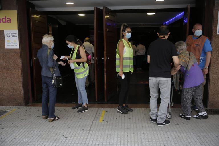 El operativo de vacunación contra el coronavirus en el estadio Luna Park