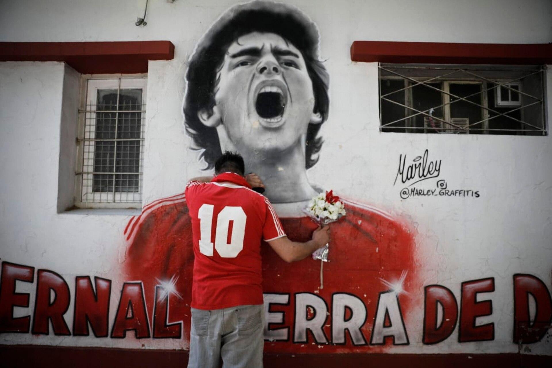 Tristeza en los alrededores de la cancha de Argentinos Juniors. En el dia de la muerte de Diego Maradona