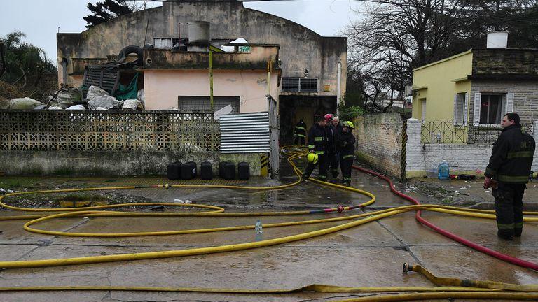 Los bomberos trabajan en el lugar del incendio