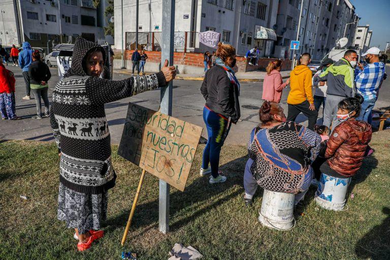 Tras un enfrentamiento entre bandas narcos, vecinos del barrio Padre Mugica de Villa Lugano reclaman seguridad cortando la colectora de General Paz y Castañares.