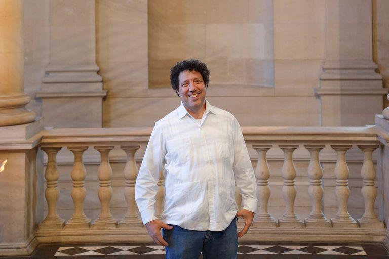 """Elías Crespín, el artista que le puso una nueva """"onda"""" a la escalera del Louvre"""