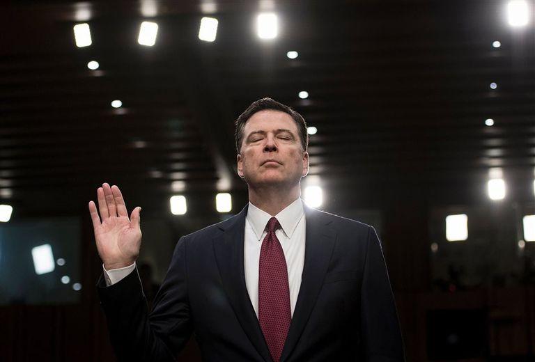 El momento en que el Senado le toma juramento a James Comey, ex jefe del FBI