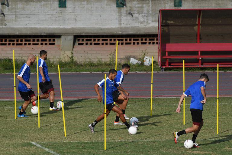 Futbolistas venezolanos en la práctica del miércoles, un día antes del cruce con la Argentina en Caracas; el local vive un mal momento y en eso contexto se enfrentará con el campeón de la Copa América, por la eliminatoria sudamericana para el Mundial Qatar 2022.