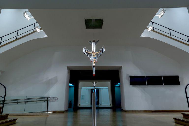 """El Bellas Artes exhibe en su hall de entrada la obra de León Ferrari """"La civilización occidental y cristiana"""" (1965), visible desde la puerta del museo. Se trata del emblemático Cristo de santería crucificado en un bombardero de la Fuerza Aérea estadounidense"""