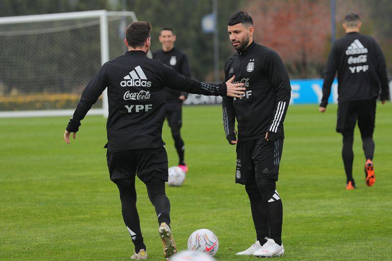 Messi y Agüero se entrenan juntos en la selección argentina, durante la reciente Copa América disputada en Brasil, y cuando ambos creían que serían compañeros en Barcelona