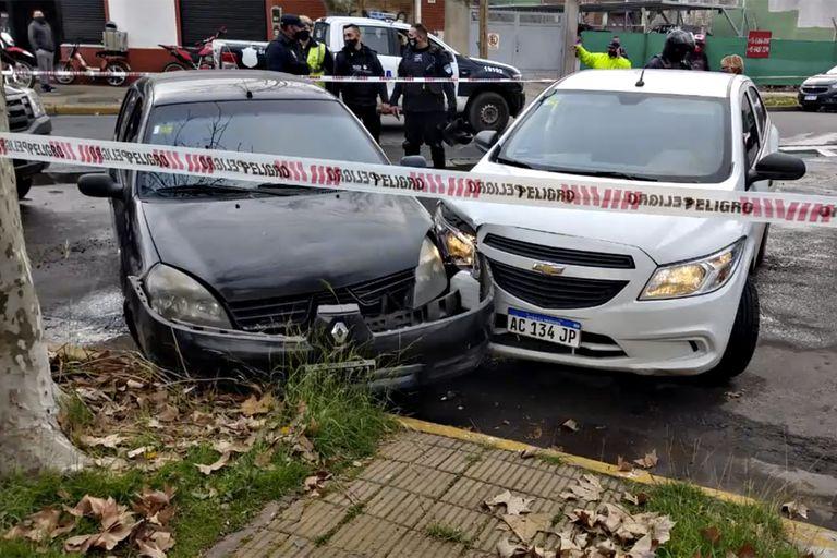 Los ladrones colisionaron el vehículo robado contra un automóvil estacionado