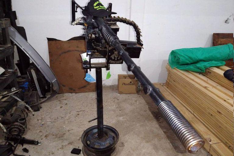 Réplica de una ametralladora antiaérea secuestrada a una banda narco de la zona oeste