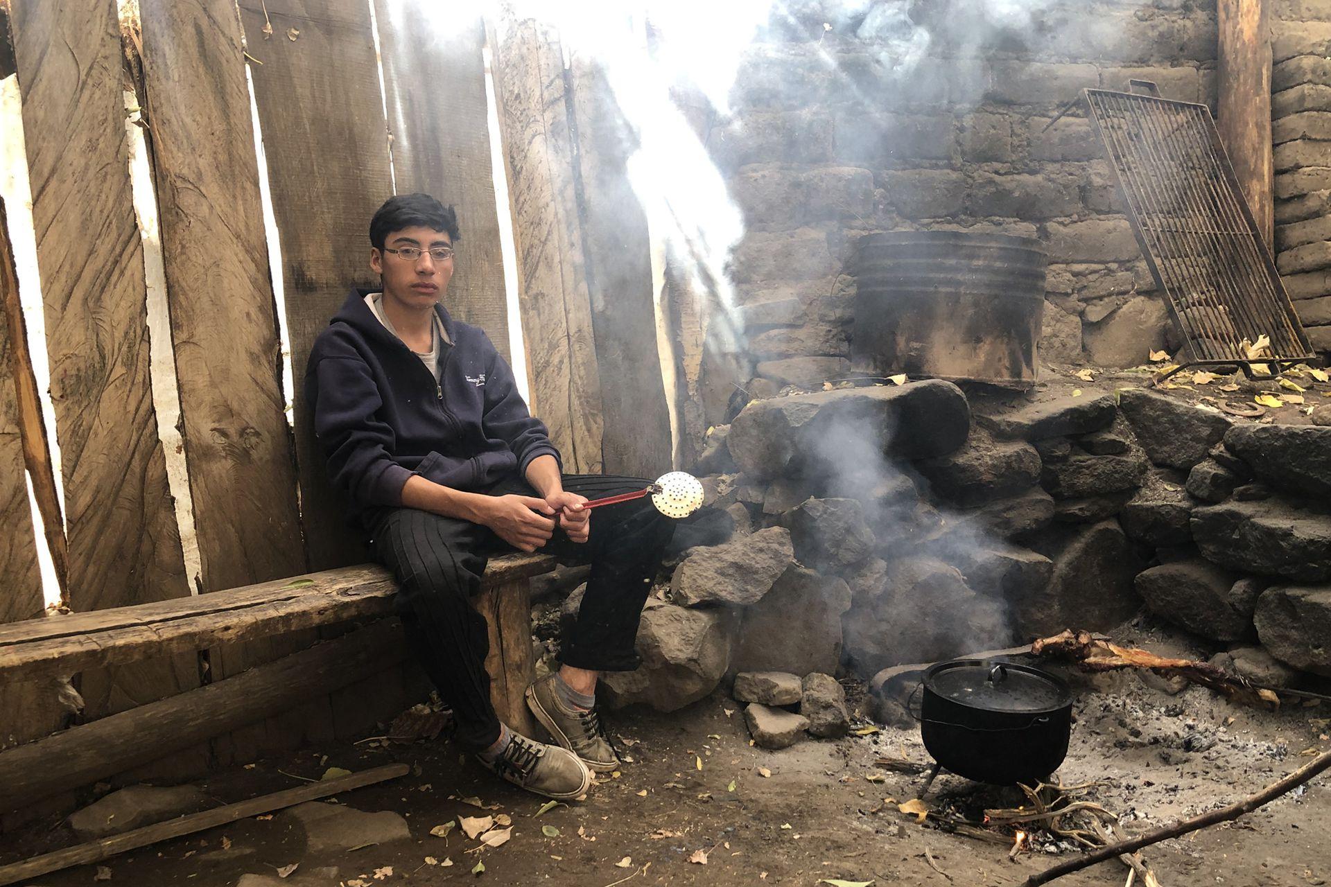 Al mediodía, Tiziano ayuda a su abuela con la comida y es el encargado de freir las empanadas
