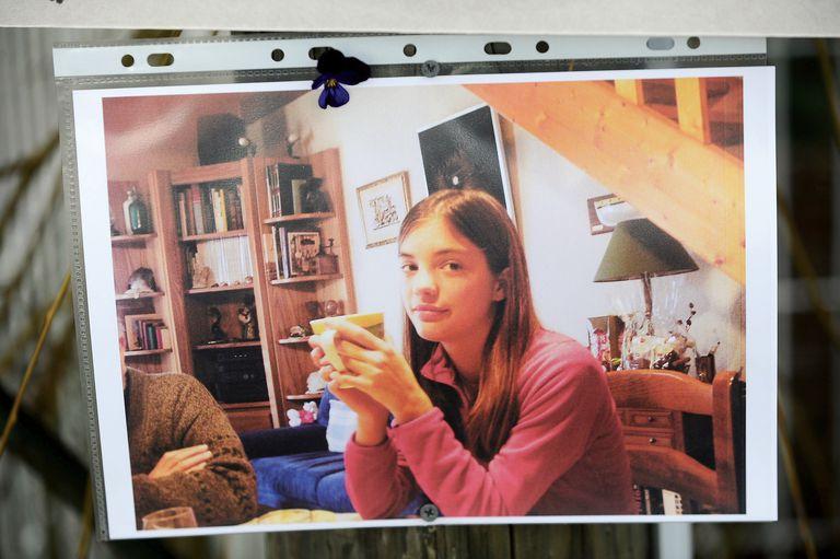 Laëtitia Perrais tenía 18 años cuando fue secuestrada y asesinada en 2011. Su caso conmocionó a Francia y motivó esta novela de ficción criminal considerada la más importante después de El adversario, de Emmanuel Carrère