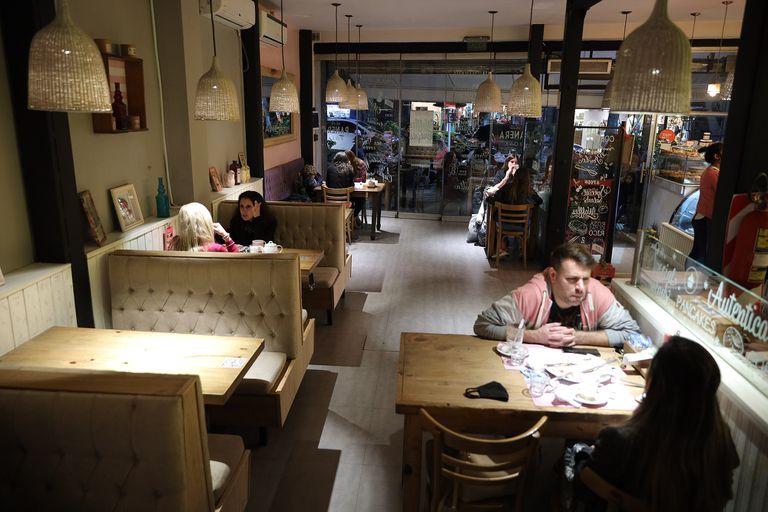 Los bares y restaurantes porteños empezaron a recibir clientes en los salones