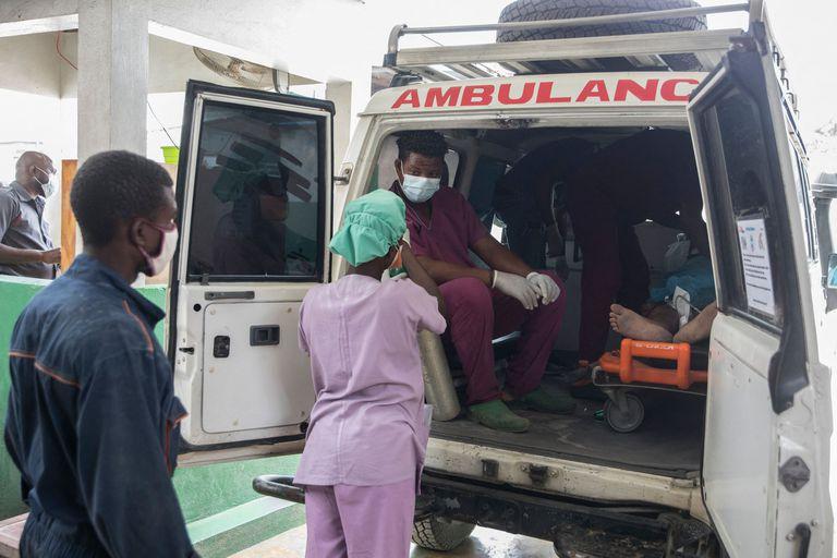 Traslados de pacientes en un hospital de  Martissant, Haití