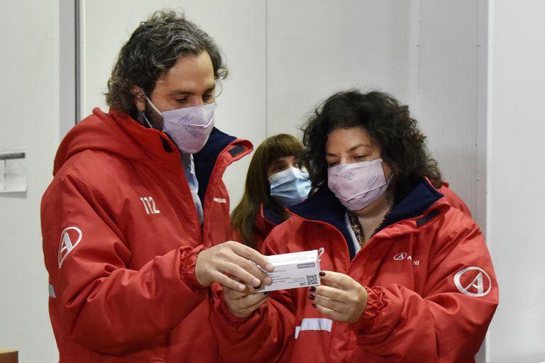 El jefe de Gabinete, Santiago Cafiero, y la ministra de Salud, Carla Vizzotti, sí se han mostrado para recibir las vacunas