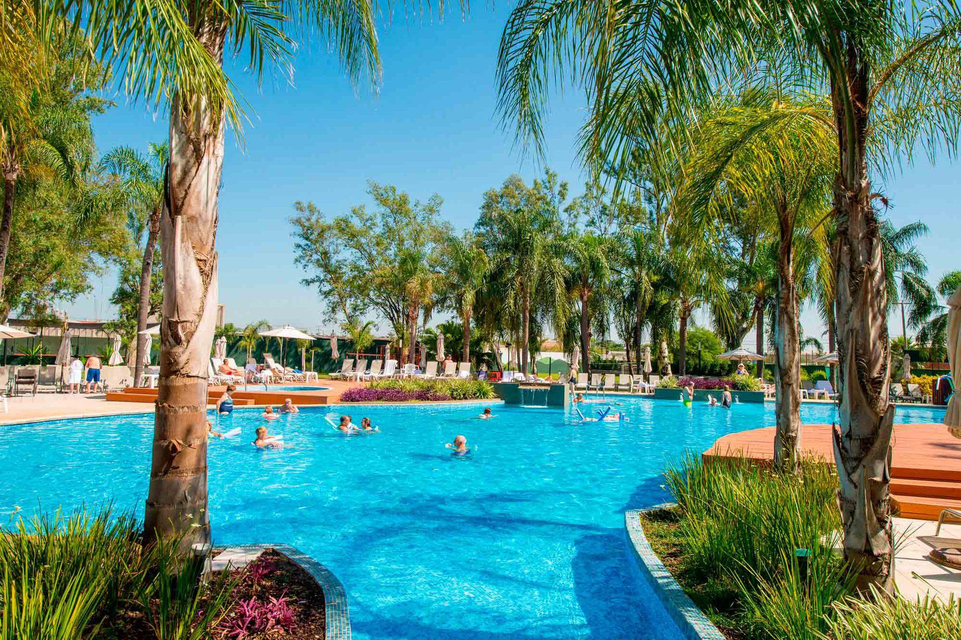 Los Pinos Resort Spa Termales está rodeado de jardines y palmeras.