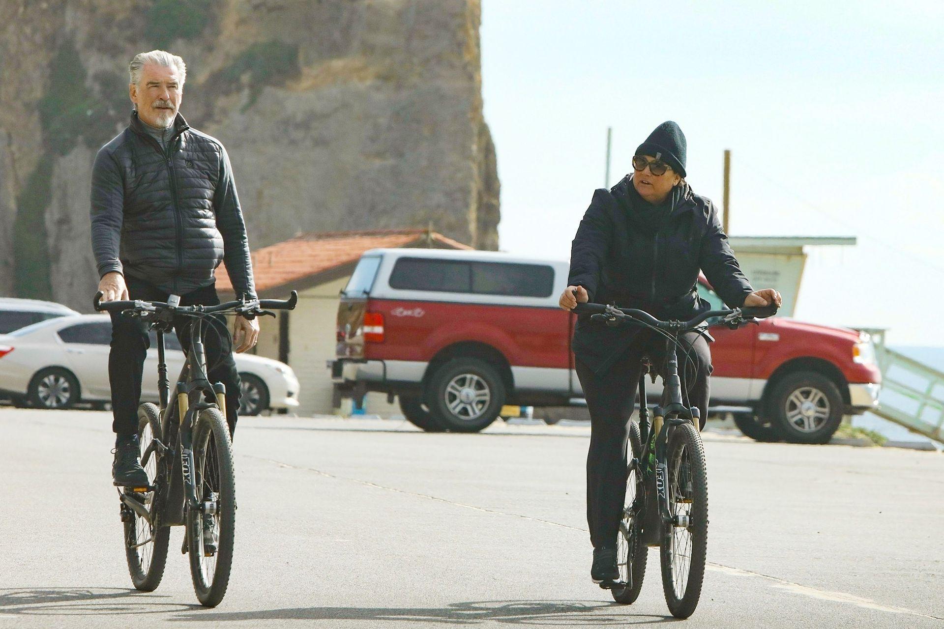 Pierce Brosnan y su esposa, Keely Shaye Smith, salieron a pasear en bicicleta por Malibu, el lugar en el que despedirán el 2019 con familia y amigos