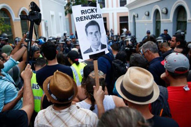 Muchos ciudadanos han acudido a protestar en contra del gobernador Roselló.