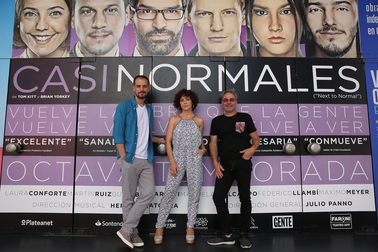 Laura Conforte y Martín Ruiz, protagonistas de Casi normales, con su nuevo director, Julio Panno