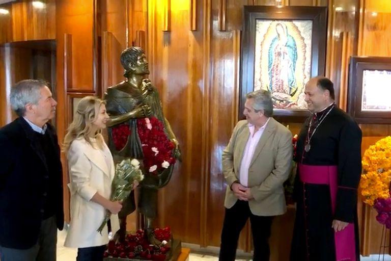 Alberto Fernández junto a su pareja, Fabiola Yáñez, y Felipe Solá en la Basílica de la Sagrada Virgen de Guadalupe ubicada en Ciudad de México