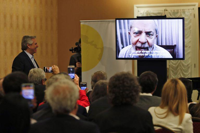 Alberto Fernández, mientras miraba el video de Lula da Silva en la cumbre del Grupo de Puebla