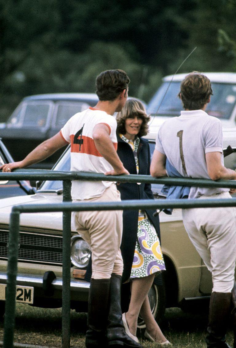 Carlos y Camilla Parker Bowles hablan durante un partido de polo