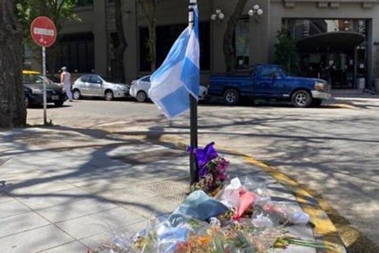 Las ofrendas florales y los homenajes al policía Juan Pablo Roldán