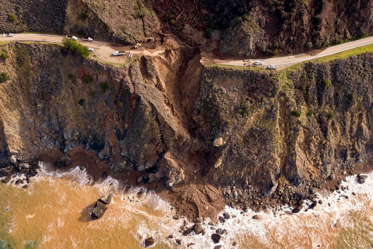 De película: colapsó una ruta en California y cayó hacia el mar