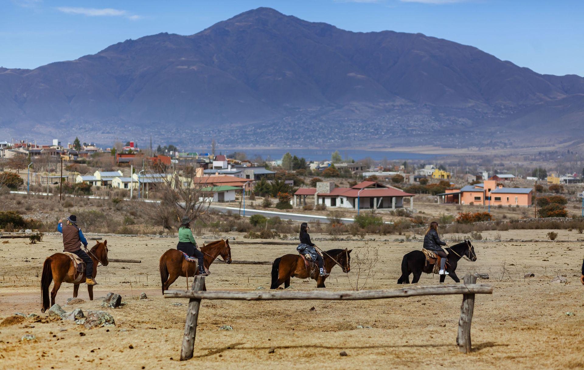 A caballo y a paso lento, una manera tradicional de recorrer los paisajes de Tafí